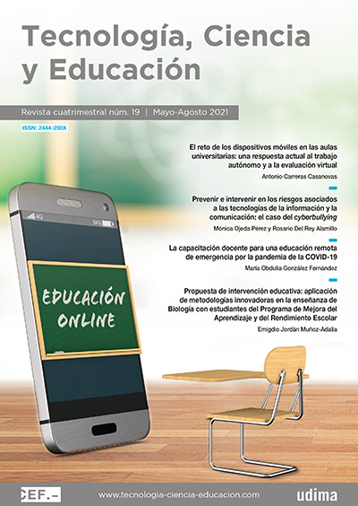 Movil con una pizarra simulando la educación online